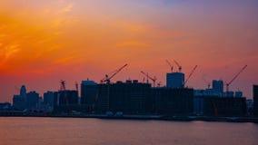 Un laps de temps des grues mobiles au secteur de baie à Tokyo au tir large de crépuscule clips vidéos