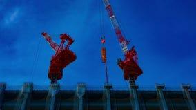 Un laps de temps des grues mobiles ? l'en construction dans l'inclinaison tir?e large de Tokyo banque de vidéos