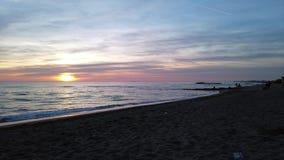 Un lapso de tiempo del movimiento de la vida en una playa romana, gente de la puesta del sol está caminando, está mirando la pues metrajes