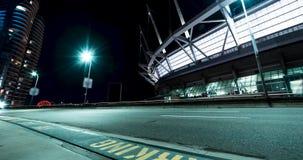 Un lapso de tiempo de filtrado de un camino y de un estadio en la noche almacen de metraje de vídeo