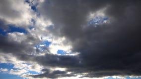 Un lapso de tiempo de las nubes grises que corren a través del cielo metrajes