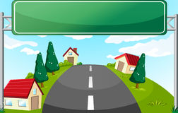 Un largo camino y un letrero verde Foto de archivo
