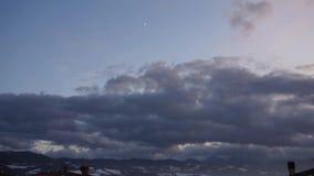 Un lasso di tempo di un buio si appanna il cielo stock footage