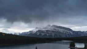 Un lasso di tempo del cloudscape ad alba, canadese Montagne Rocciose di due Jack Lake delle montagne rocciose nel parco nazionale stock footage