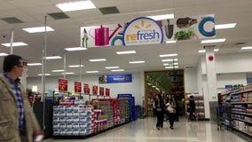 Un lato dell'entrata del centro commerciale nel deposito di Walmart stock footage