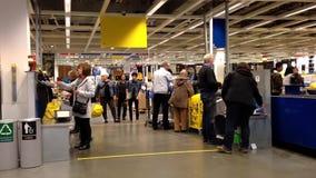 Un lato della cassa dentro il deposito di Ikea video d archivio