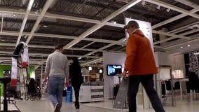 Un lato della gente che compera la loro mobilia dentro Ikea archivi video