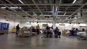 Un lato della gente che compera la loro mobilia dentro il deposito di Ikea stock footage