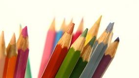 Un lato delle matite di colore isolate su bianco video d archivio
