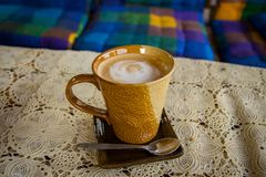 Un latte cremoso della tazza di caffè immagine stock libera da diritti