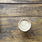 Un latte delizioso, su un fondo di legno Fotografia Stock