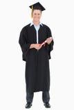 Un laureato maschio con il suo grado a disposizione fotografia stock libera da diritti