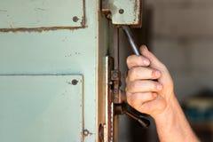 Un lavoratore maschio che aziona un interruttore basculante industriale fotografia stock libera da diritti