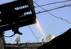 Un lavoratore salda un balcone a Bacu, Azerbaigian Immagine Stock Libera da Diritti