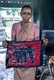 Un lavoratore visualizza un batik alla fabbrica di Baba Batik in Matale nello Sri Lanka fotografie stock