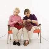 Un lavoro a maglia delle due donne. Immagine Stock