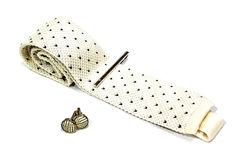 Un lazo, un alfiler de corbata y una mancuerna Foto de archivo