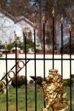 Un león de oro en una puerta del arrabio  Imagen de archivo libre de regalías