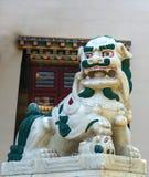 Un león del guarda en la entrada del templo budista fotografía de archivo libre de regalías