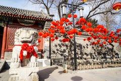 Un león del guarda en un jardín tradicional histórico de Pekín, China en invierno, durante Año Nuevo chino Imagen de archivo libre de regalías