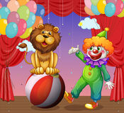 Un león y un payaso en el circo Foto de archivo