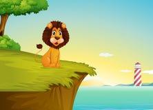 Un leone che si siede alla scogliera che trascura la torre Fotografie Stock Libere da Diritti
