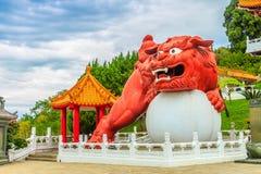 Un leone cinese del guardiano con la palla può essere visto all'en principale Fotografia Stock Libera da Diritti