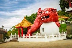 Un leone cinese del guardiano con la palla può essere visto all'en principale Immagini Stock Libere da Diritti