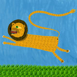 Un leone dà un salto Fotografie Stock Libere da Diritti