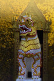Un leone della decorazione del tempio davanti al portone del tempio Fotografia Stock Libera da Diritti