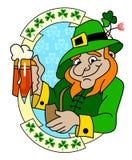 Un leprechaun con el vidrio de cerveza Fotos de archivo libres de regalías