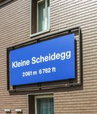 Un letrero azul en Kleine Scheidegg foto de archivo
