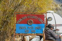 Un letrero de la fuerza de seguridad en el punto de control de Khunjerab foto de archivo libre de regalías
