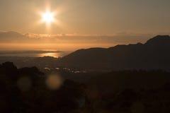 Un lever de soleil au-dessus de l'océan Images stock
