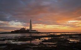 Un lever de soleil au phare de St Mary, Whitley Bay images libres de droits