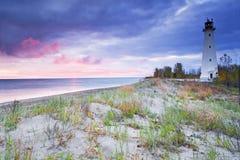 Un lever de soleil en pastel à un vieux phare Photographie stock libre de droits