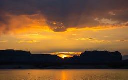 Un lever de soleil glorieux dans le désert Images libres de droits