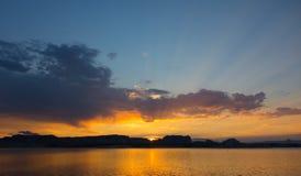 Un lever de soleil glorieux dans le désert Photos stock