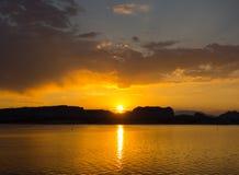 Un lever de soleil glorieux dans le désert Photographie stock libre de droits