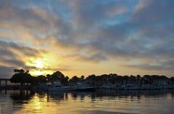 Un lever de soleil magnifique au-dessus d'un pont et d'une marina Photo libre de droits