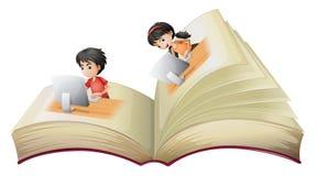 Un libro abierto con una muchacha y un muchacho con los ordenadores libre illustration