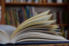 Un libro aperto in una biblioteca Immagini Stock Libere da Diritti
