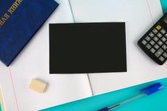 Un libro blu con un'iscrizione nel Russo - un registro del ` s dello studente Penna, calcolatore e taccuini in bianco su un fondo Fotografia Stock Libera da Diritti