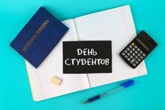 Un libro blu con un'iscrizione nel Russo - un registro del ` s dello studente Penna, calcolatore e taccuini in bianco su un fondo Fotografie Stock