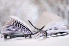 Un libro con i vetri Fotografie Stock
