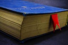 Un libro con una señal roja imagenes de archivo