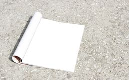 Un libro de la maqueta, un vacío abre el directorio de la página, una revista, un folleto o un folleto del bolsillo imágenes de archivo libres de regalías