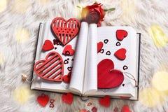 Un libro di amore per i biglietti di S. Valentino immagini stock libere da diritti