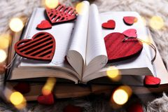 Un libro di amore per i biglietti di S. Valentino fotografia stock