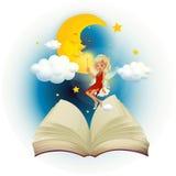 Un libro di fiabe con un fatato e un sonno moon Fotografia Stock Libera da Diritti
